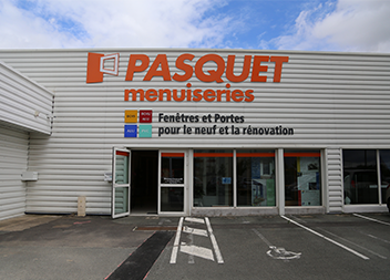 Salle exposition Pasquet Menuiseries Poitiers 86 extérieur