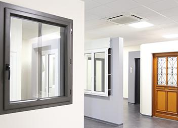 Salle exposition Pasquet Menuiseries Limoges 87 fenêtres en aluminium et PVC intérieur