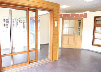 Salle exposition Pasquet Menuiseries Limoges 87 baies vitrées, fenêtres et portes d'entrée en bois intérieur