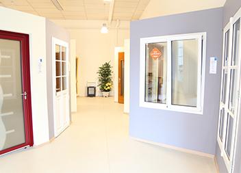 Salle exposition Pasquet Menuiseries Poitiers 86 portes d'entrée vitrée et fenêtres