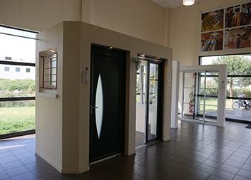 Agence Pasquet Menuiseries Bordeaux 33 intérieur portes d'entrée et baies vitrée